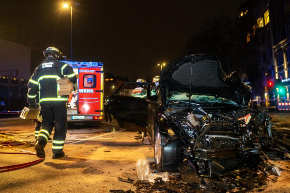 Heftiger Unfall mitten in Hamburg! Fahrer wird eingeklemmt