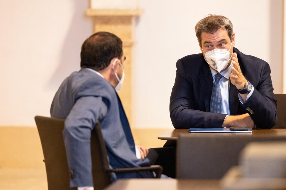 Markus Söder (r), Ministerpräsident von Bayern, unterhält sich vor der Plenarsitzung im bayerischen Landtag mit Klaus Holetschek (beide CSU), Gesundheitsminister von Bayern.