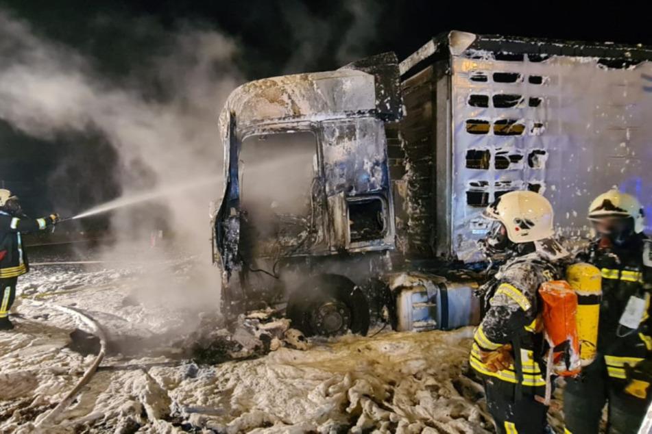 Lkw steht auf Parkplatz der A4 in Flammen