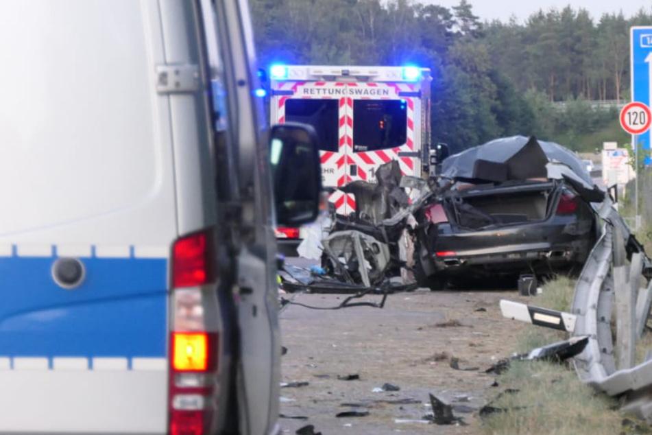 Tödlicher Unfall im Landkreis Leipzig: 23-Jähriger gerät mit Auto unter Sattelschlepper