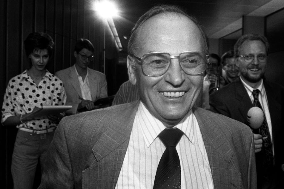 Stuttgart im August 1990: Georg Gallus bahnt sich vor einer Sitzung im Landtag einen Weg durch die wartenden Journalisten.