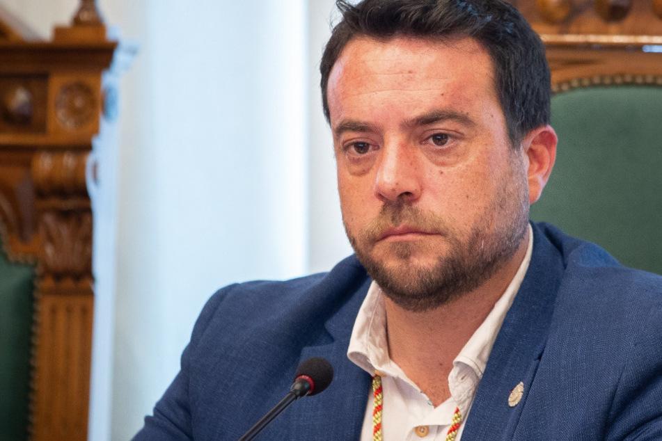 Ausgehsperre verletzt und Polizisten gebissen: Bürgermeister tritt ab