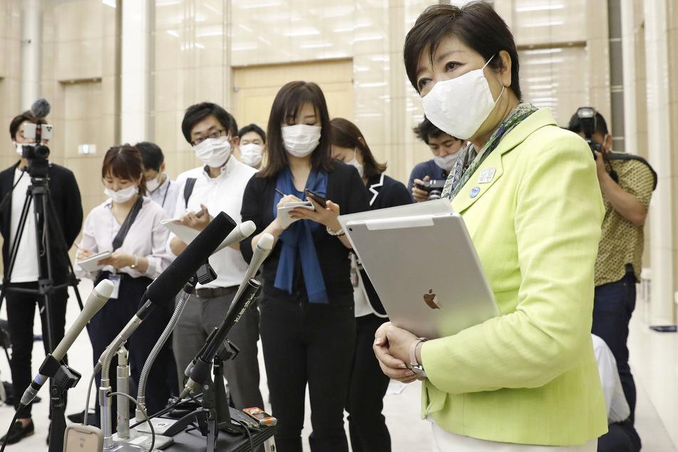 Yuriko Koike (rechts), Gouverneurin von Tokio, spricht im Regierungsgebäude der Stadt.