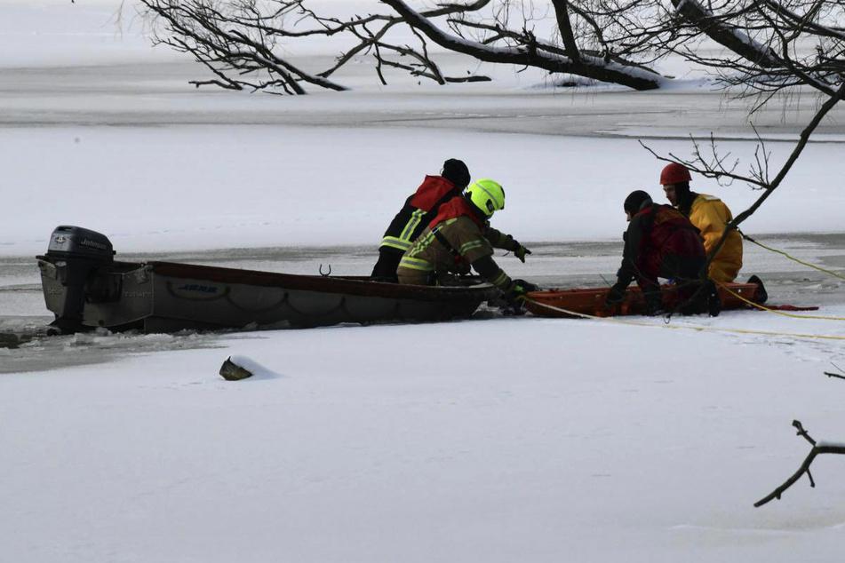 Taucher der Feuerwehr hatten am Mittwoch zweieinhalb Stunden nach dem 43-Jährigen im Karpfenteich gesucht.
