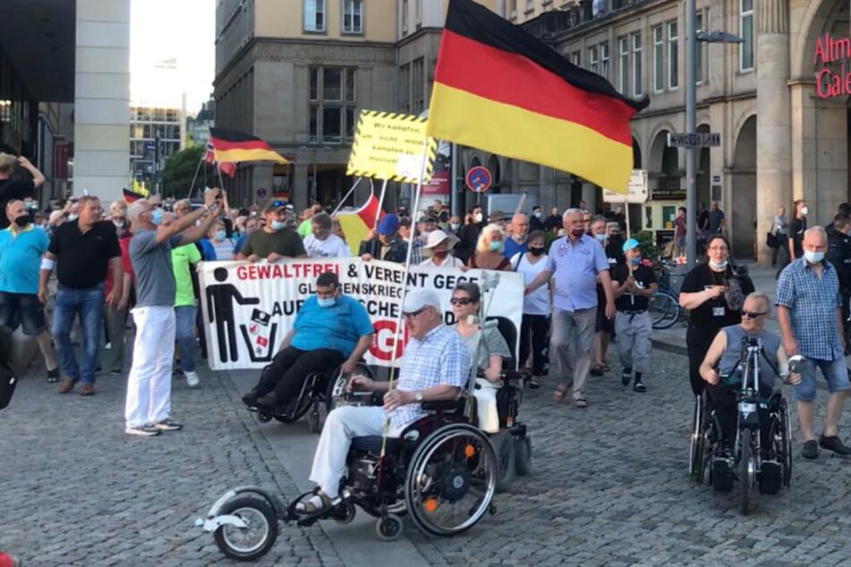 Dresden: Pegida und Querdenken demonstrieren auf dem Dresdner Altmarkt