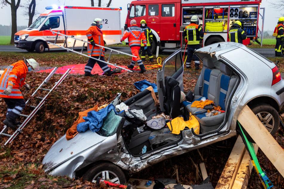 Heftiger Unfall! Auto schleudert in Graben, ein Insasse stirbt!