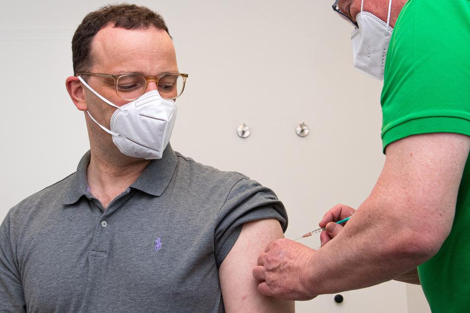 Auch Gesundheitsminister Jens Spahn (CDU, 40) ließ am Freitag mit AstraZeneca impfen.