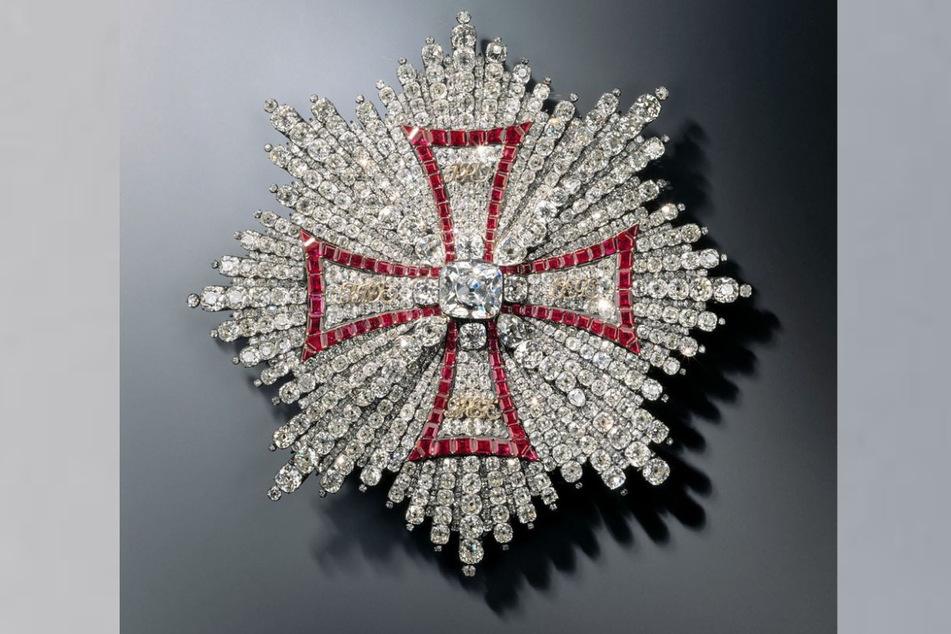 Nacht dem Vorbild des Bruststerns des polnischen Weißen Adler-Ordens wurde das Zentrum des Blumenbildes gestaltet.