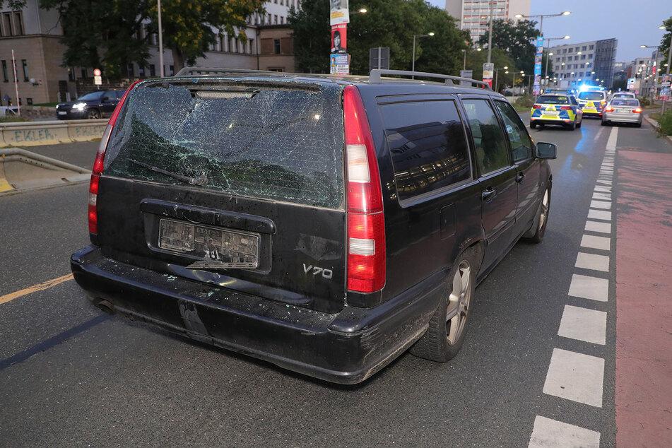 Die Heckscheibe des Volvos wurde durch den Aufprall beschädigt.
