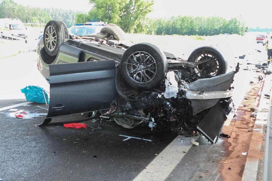 Ein 73 Jahre alter Autofahrer ist auf der B2 im Landkreis Roth in Bayern tödlich verunglückt.