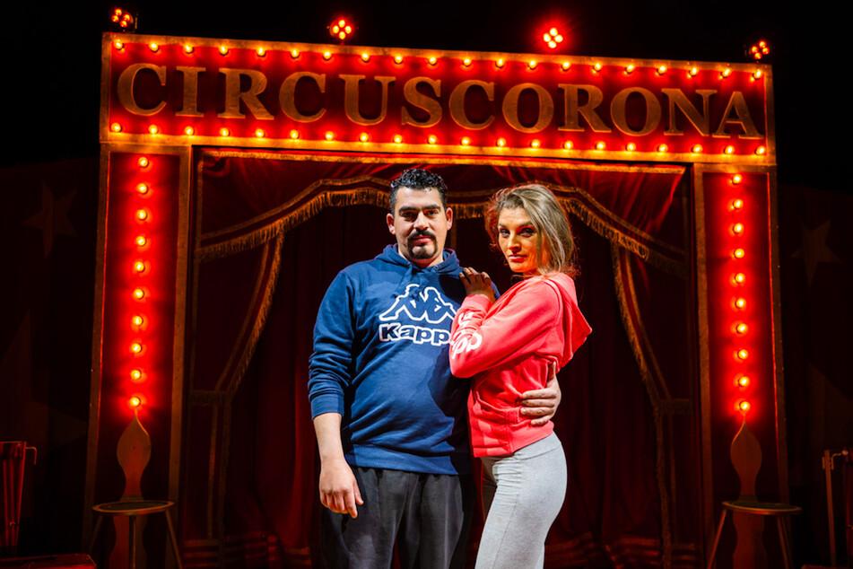 Die Gründer und Betreiber des Circus Corona, Sergio und Janine Schmidt, stehen in der Manege.