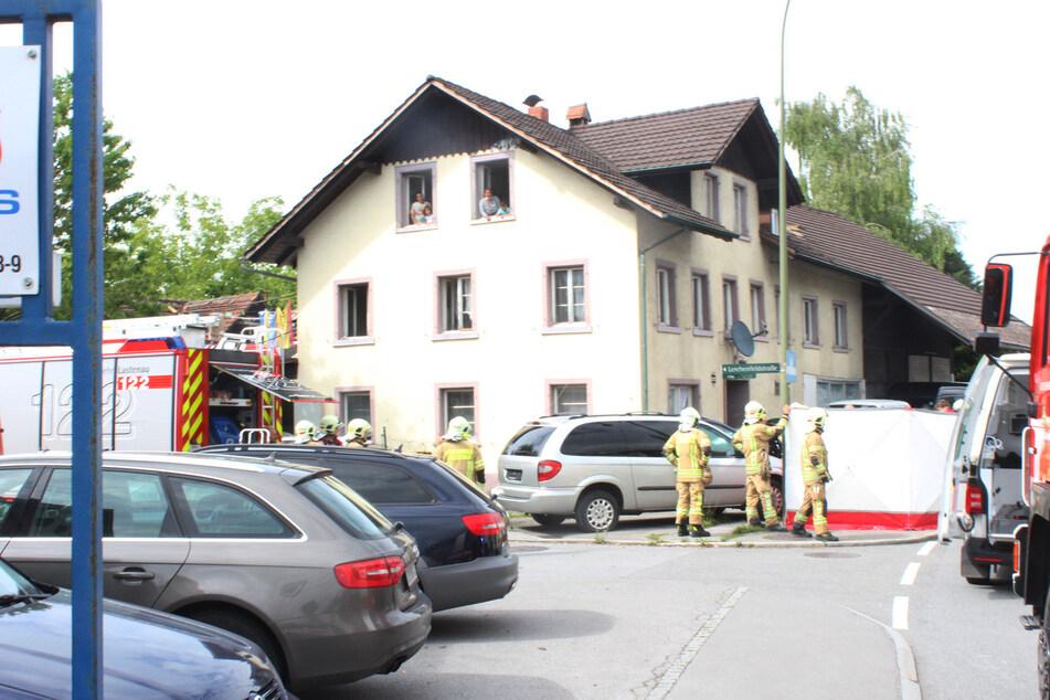 Die Feuerwehrleute bauten einen Sichtschutz auf, um den Jungen ungestört behandeln zu können.
