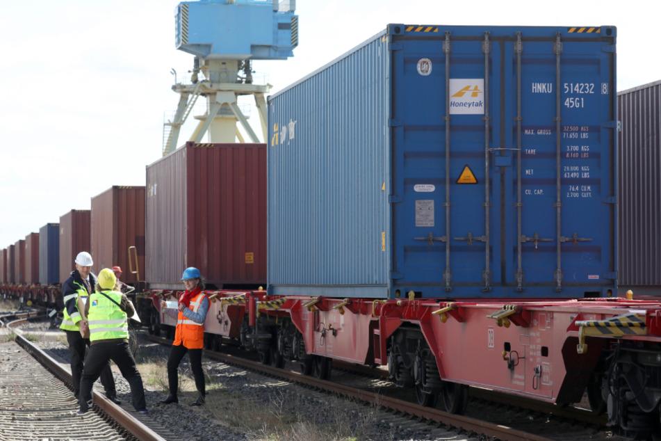 Im Rostocker Seehafen werden Container auf einen Güterzug verladen, in denen sich Schutzausrüstung aus China befindet.