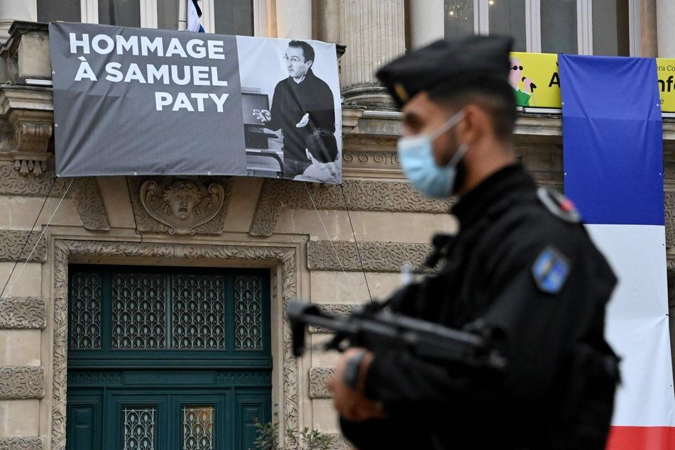 """Nach Lehrer-Mord bei Paris: Angreifer """"ehrenvoll"""" beerdigt"""