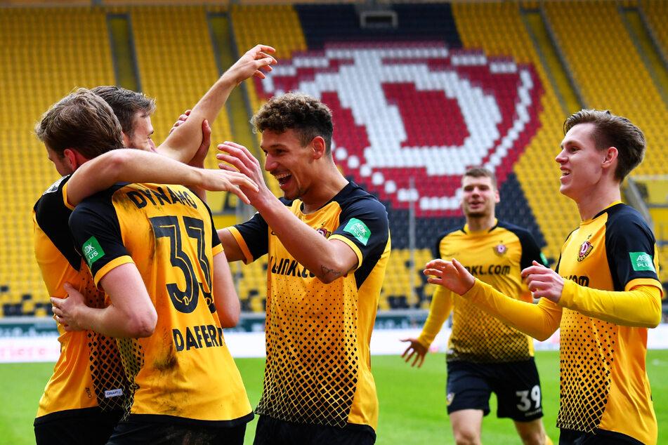 TOOR! TOOR! TOOR! Die Dynamos jubelten nach dem 3:0 gegen Ingolstadt.