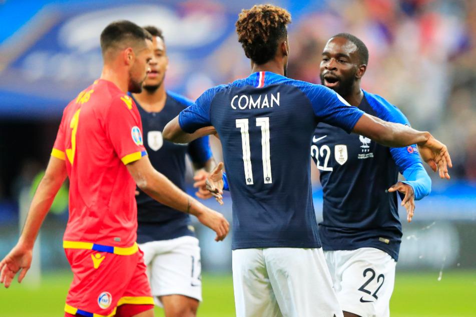 Jonathan Ikoné (r.) bejubelt einen Treffer von Kingsley Coman für Frankreich.