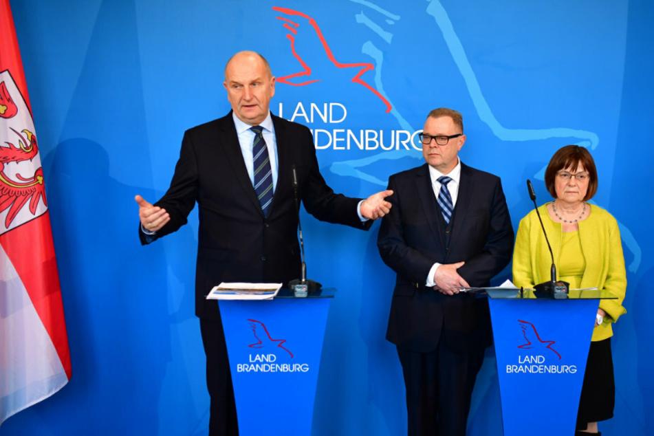 Dietmar Woidke (l), spricht neben den stellvertretenden Ministerpräsidenten Ursula Nonnemacher und Michael Stübgen, Brandenburger Innenminister,bei einer Pressekonferenz. (Archivbild)