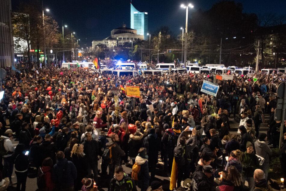 """Dicht an dicht und meist ohne Mund-Nasen-Schutz standen die Teilnehmer der """"Querdenken""""-Demonstration in Leipzig."""