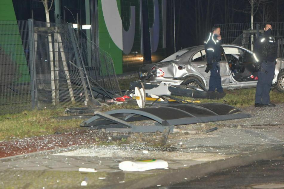Mercedes-Fahrer flieht vor Polizei und macht Bushaltestelle platt