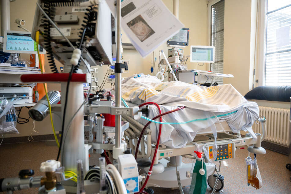 Berlin: In einem Zimmer der Intensivstation wird ein Patient mit einem schweren Covid-19 Krankheitsverlauf behandelt.