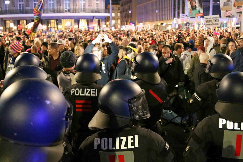 Nach Auflösung der Demo durchbrachen Teilnehmer am Leipziger Hauptbahnhof Polizeiketten.