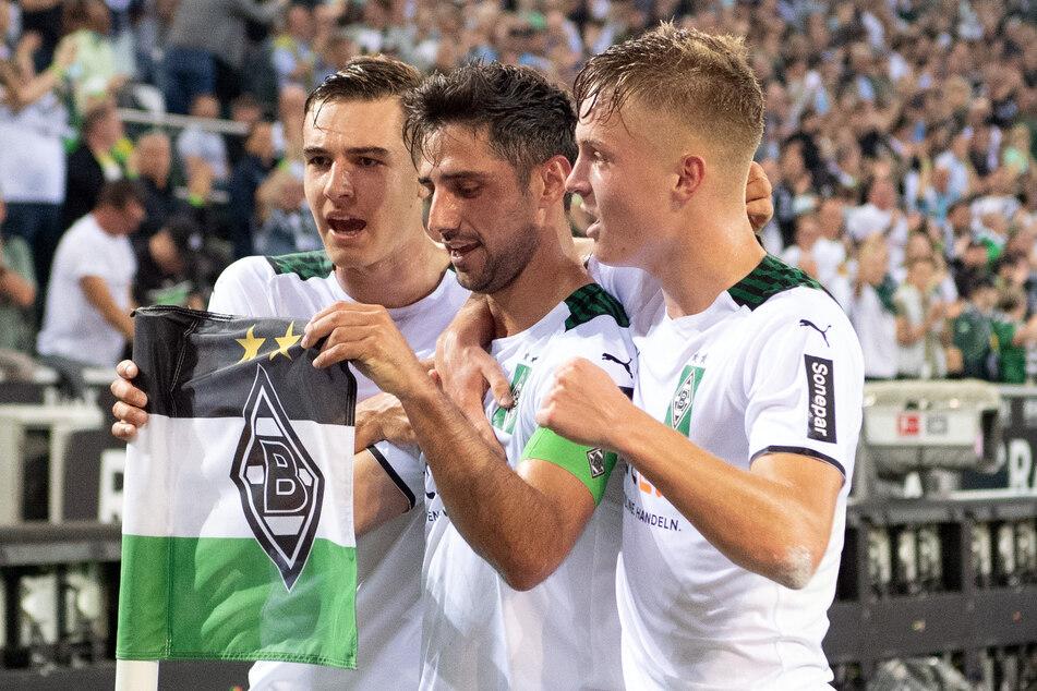 Nach dem 1:0-Führungstreffer gegen Bielefeld: Borussias Torschütze Lars Stindl (33, M.) feiert gemeinsam mit Florian Neuhaus (24, l.) und Luca Netz (18) an der Eckfahne.