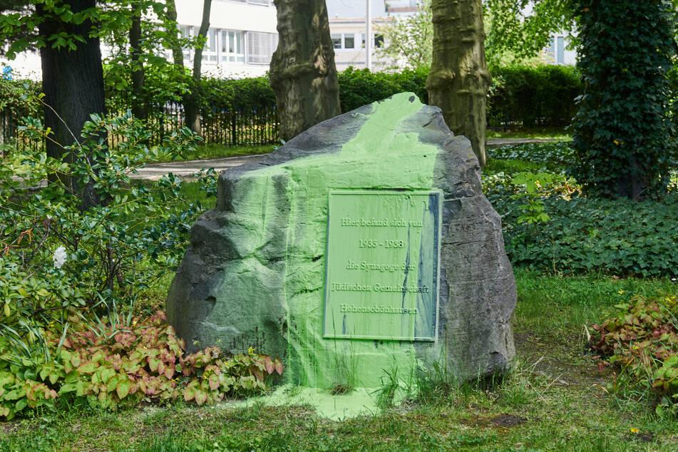 In der vergangenen Nacht wurde der Gedenkstein für die Synagoge der jüdischen Gemeinde in Hohenschönhausen, die 1938 zerstört wurde, mit grüner Farbe beschmiert.