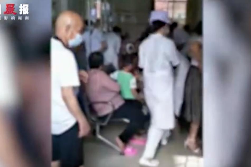 Verletzte werden behandelt.