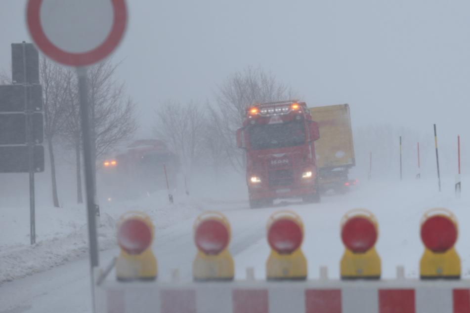 Schnee-Sturm fegt über Westsachsen: Mehrere Laster legen Verkehr lahm