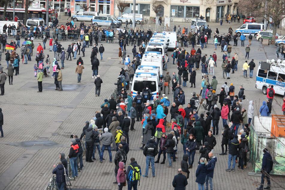 Gegner der Corona-Politik stehen bei einer Demonstration Mitte März auf dem Domplatz in Erfurt. Laut Polizei soll für den heutigen Samstag zu unangemeldeten Versammlungen aufgerufen worden sein. (Archivbild)
