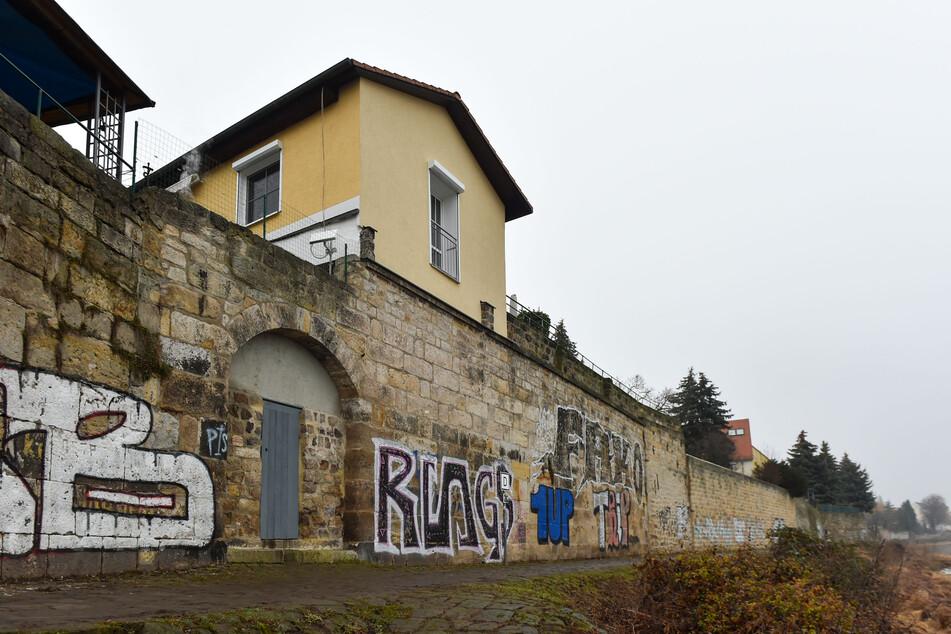 Hinter dem zugemauerten Bogen befand sich bis Ende der Achtzigerjahre eine Treppe zur Zinggstraße.