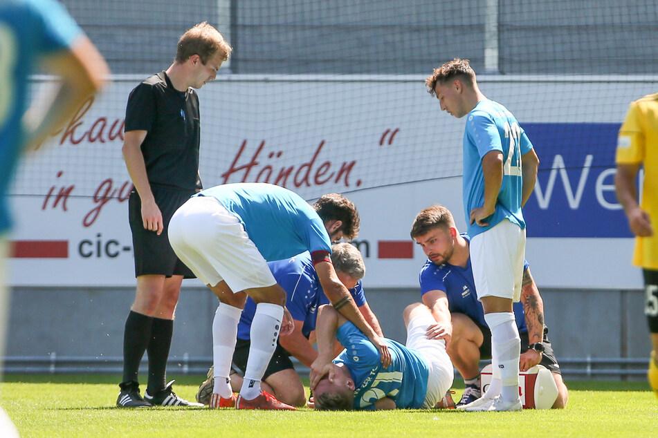 Testspiel des CFC am 1. August gegen die SpVgg Bayreuth: Robert Zickert liegt mit einer Knieverletzung am Boden. Die Diagnose später ist hart: Meniskus- und Innenbandriss.
