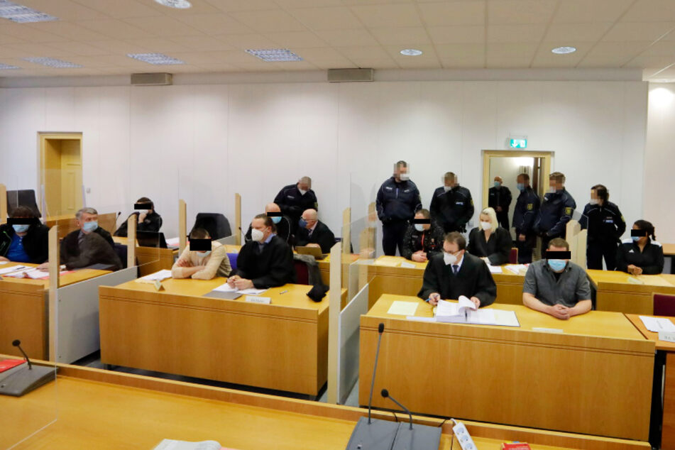 Die Betrüger - hier im Gerichtssaal - öffneten Briefe, die mit hoher Wahrscheinlichkeit Rechnungen enthielten und fälschten sie.