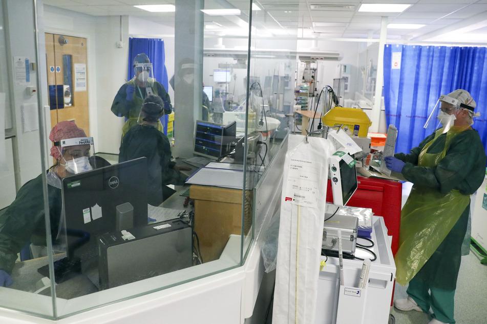 Mediziner arbeiten auf einer Intensivstation im Frimley-Park-Krankenhaus, auf der mit dem Coronavirus infizierte Menschen behandelt werden.