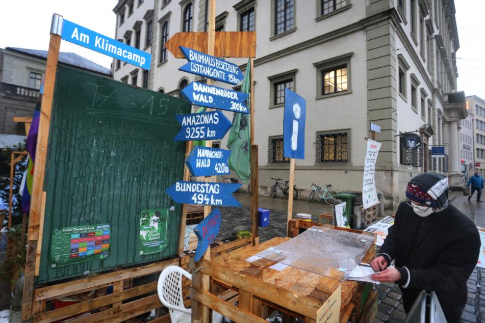 Ein Aktivist der Klimabewegung Fridays for Future steht am Protestcamp der Klimaaktivisten neben dem Rathaus.