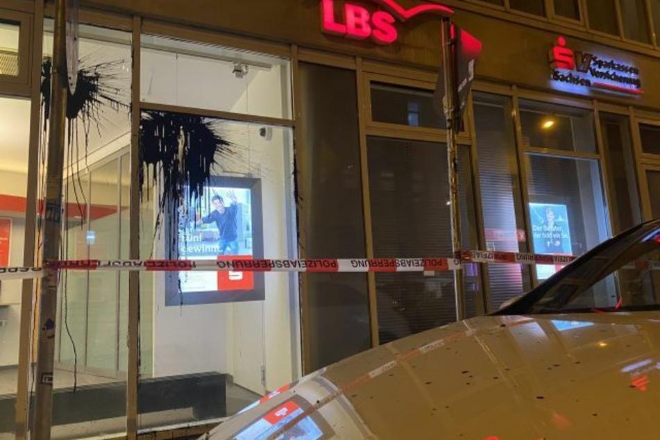 Durch den Angriff auf die Sparkasse wurden auch parkende Autos beschädigt.