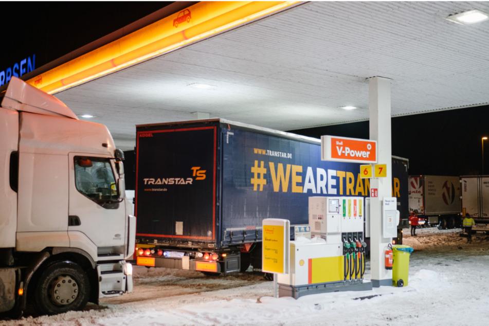 Dicht an dicht stehen die Laster an einer Tankstelle am Rasthof Garbsen-Nord.