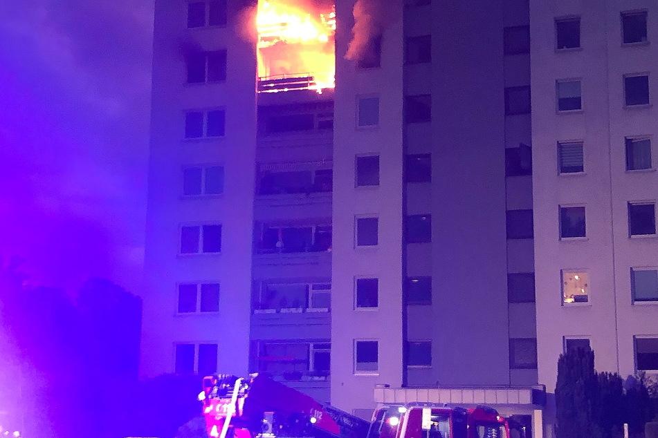 Nordrhein-Westfalen, Meerbusch: Wohnungen in einem Mehrfamilienhaus stehen in Flammen.