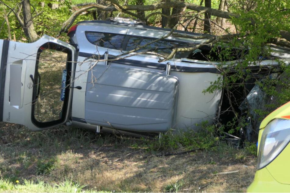 Familien-Van verunglückt, Fahrer und Kleinkind verletzt