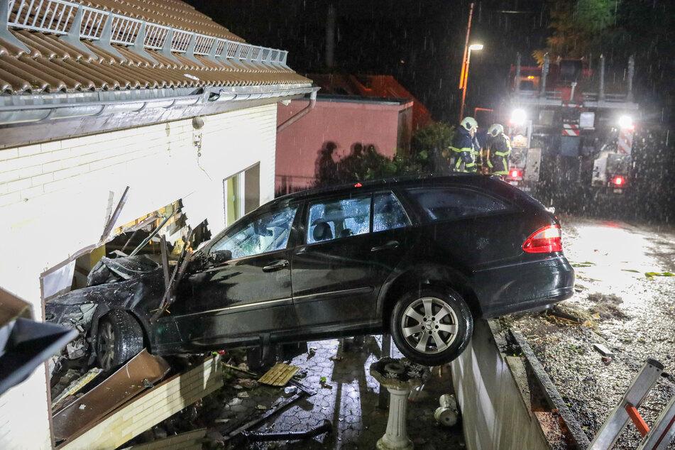 Der Mercedes ist von der Straße abgekommen und in die Wand eines Einfamilienhauses gekracht.