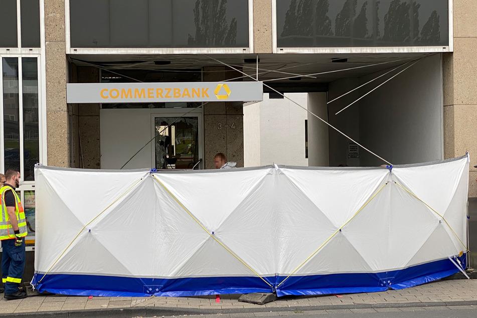 Das mehrstöckige Haus mit Geschäften und Wohnungen ist nach einer nächtlichen Geldautomaten-Sprengung in Euskirchen beschädigt worden.
