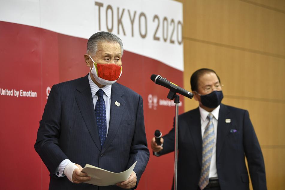 Toshiro Muto (l.), Generaldirektor des Organisationskomitees für die Olympischen Spiele in Tokio, und Yoshiro Mori, Präsident des Tokioter Organisationskomitees der Olympischen Spiele bei einer Sitzung der Olympia-Organisatoren zur Verteilung der Zusatzkosten für die Verschiebung der Sommerspiele.