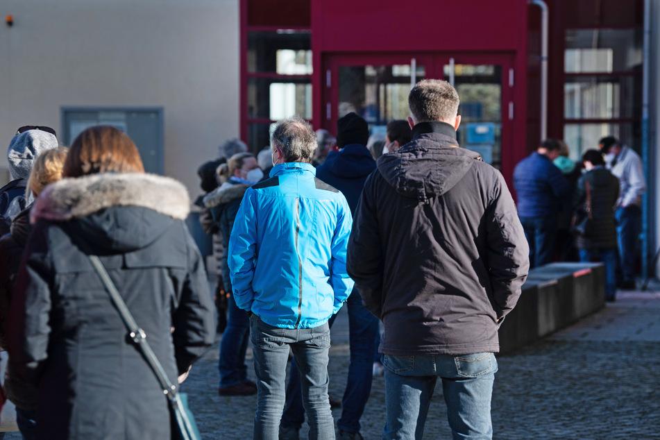 Riesenandrang: Lange Warteschlangen bei Corona-Massentest in Radeberg!