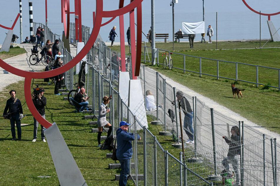 Dutzende Menschen treffen sich an der Deutsch-Schweizer Grenze zwischen Konstanz und Kreuzlingen.
