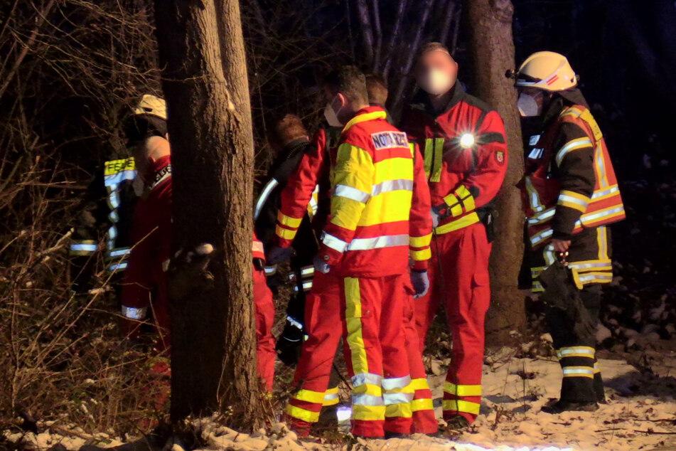 Eine der beiden Personen wurde von den Feuerwehrleuten mithilfe einer Schleifkorbtrage den Abhang hinaufgebracht, der an den See in Langenfeld grenzte.