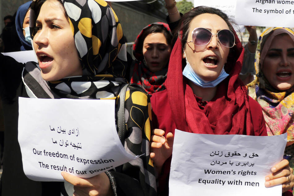 Sie riskieren ihr Leben für eine bessere Zukunft! Zusammenstöße bei Frauen-Demo in Afghanistan