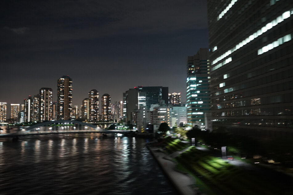 Blick auf Hochhäuser im Stadtzentrum von Tokio. Hier herrscht Corona-Notstand, die Bürger sollen zu Hause bleiben.