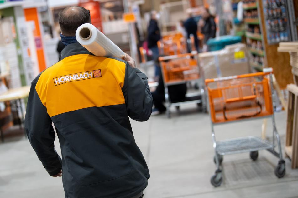 Ein Mitarbeiter von Hornbach läuft durch einen Baumarkt. Die große Mehrheit der Familienfirmen will nach einer neuen Umfrage in der Corona-Krise möglichst keine Arbeitsplätze abbauen.