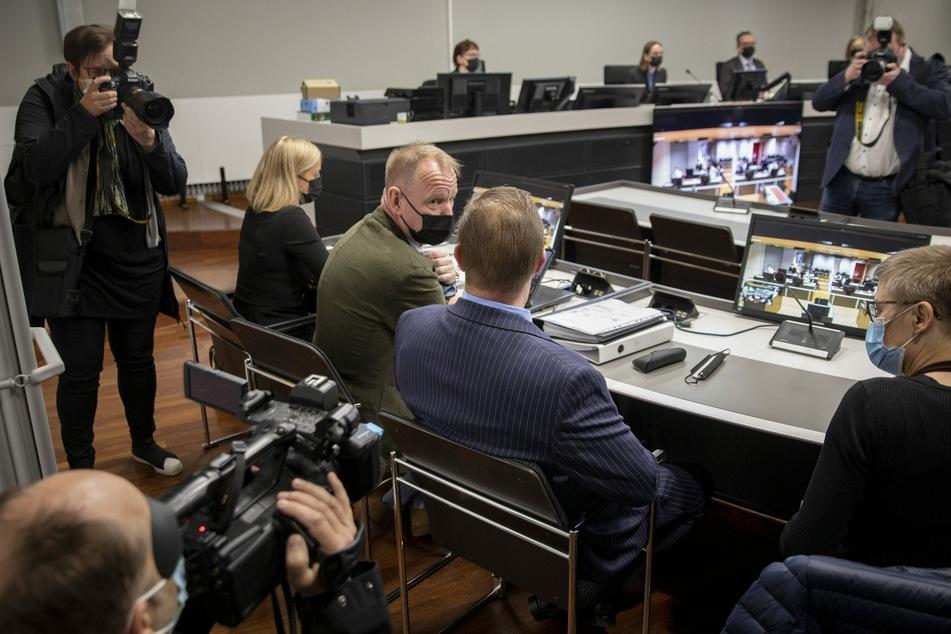 Der Angeklagte (2.v.r), ein dänischer Mann, bei dem Prozessauftakt am 24. Mai im finnischen Turku.