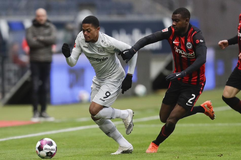 Frankfurts Evan N'dicka (r.) jagt Leverkusens Leon Bailey hinterher.